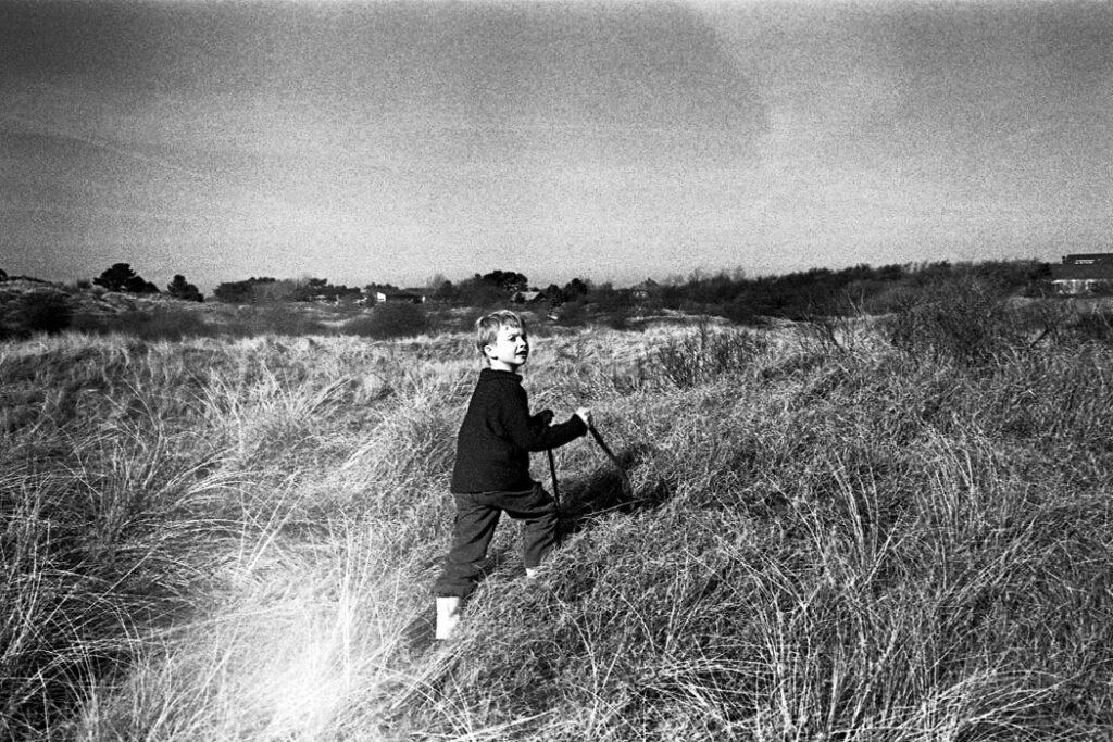 Jehsong Baak, Boy in a sand dune 2005, Schiermonnikoog 2005