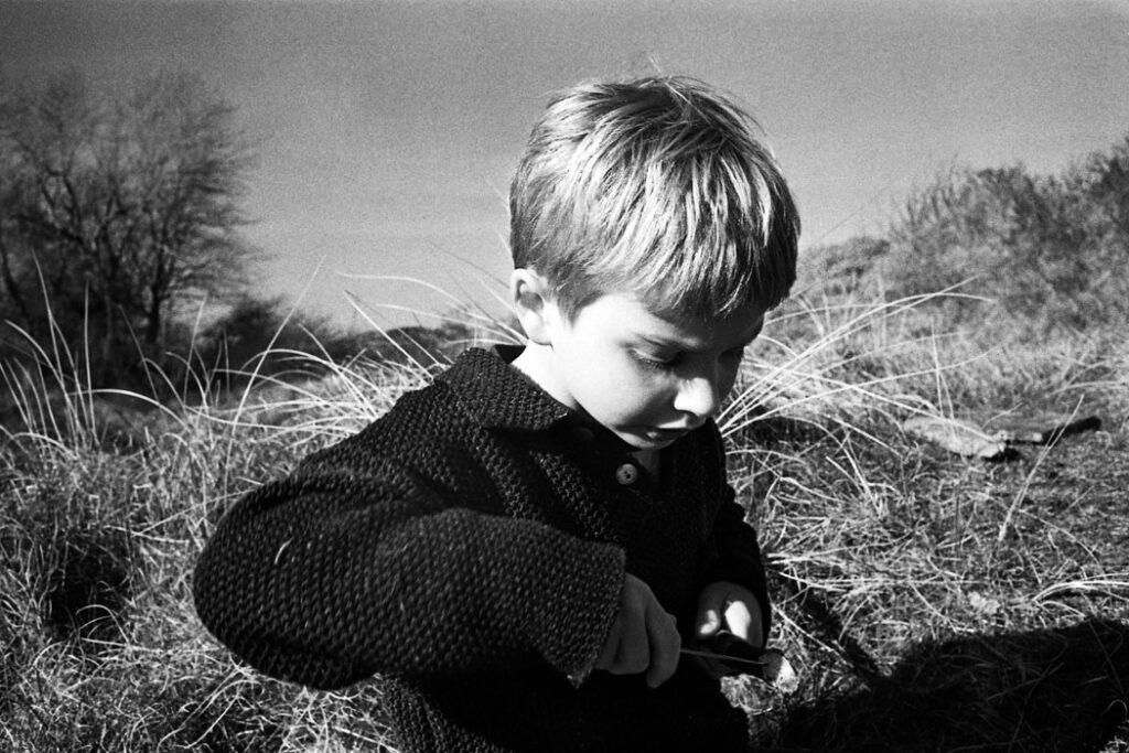 Jehsong Baak, Boy sharpening a stick 2005, Schiermonnikoog 2005