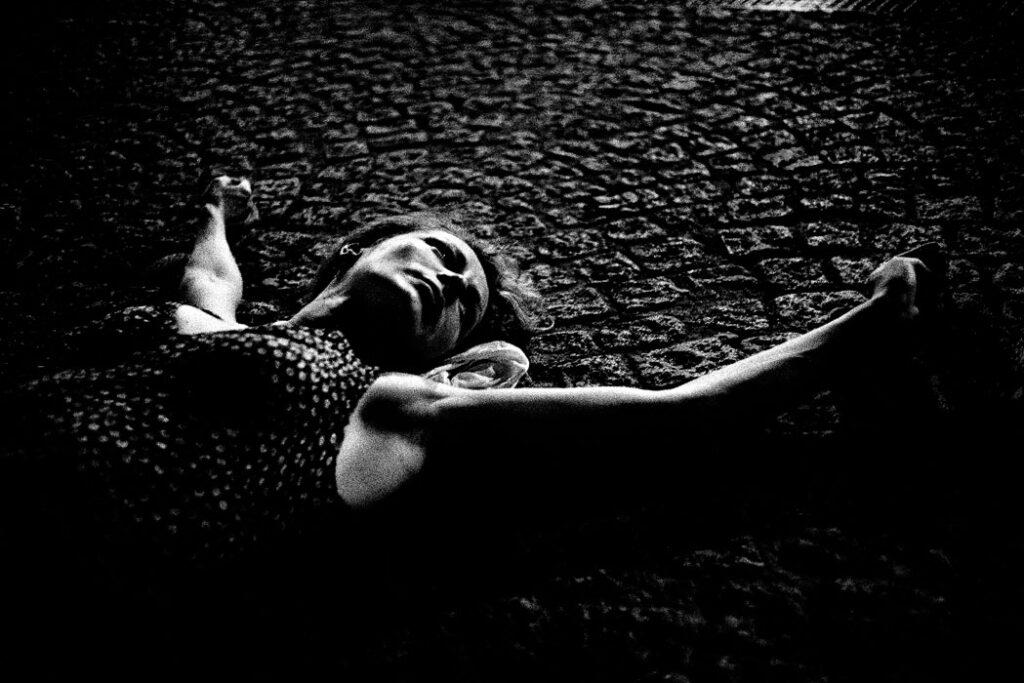 Jehsong Baak, Woman lying on pavement, Paris 2003, Là ou Ailleurs